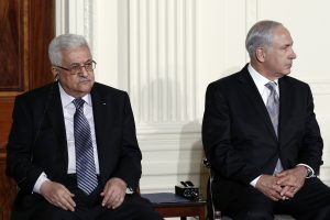 Israeli Prime Minister Benjamin Netanyahu (R) and Palestinian President Mahmoud Abbas attend an event about the Middle East peace talks in the East Room at the White House in Washington September 1, 2010. REUTERS/Jim Young (UNITED STATES - Tags: POLITICS) - RTR2HTCQ